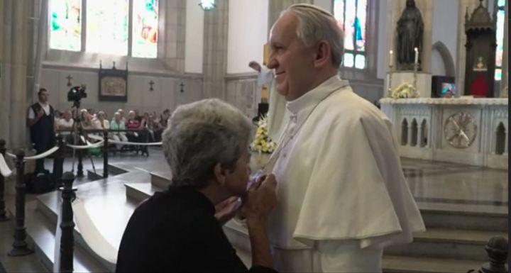 Statua di Bergoglio adorata durante una messa!