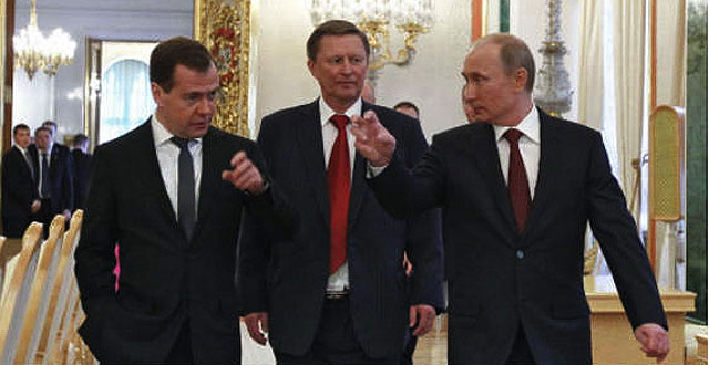 Ivanov, al centro, fra Putin e Medvedev