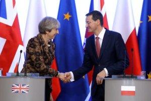 Il nuovo primo ministro polacco Mateusz Morawiecki e il premier britannico Theresa May il 21.12.2017 a Varsavia. (Foto: dpa)