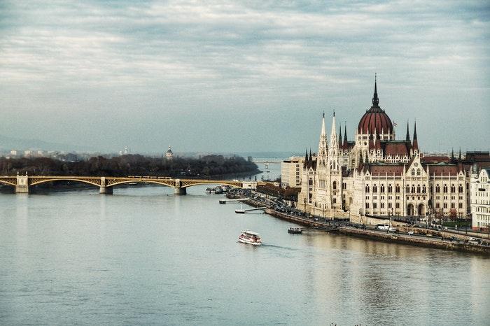 Visitar Budapest en diciembre te permite conocer el Parlamento de Budapest.