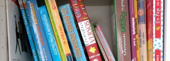 Foto de una estantería llena de libros infantiles. Descubre las principales razones para leer a tus hijos antes de dormir