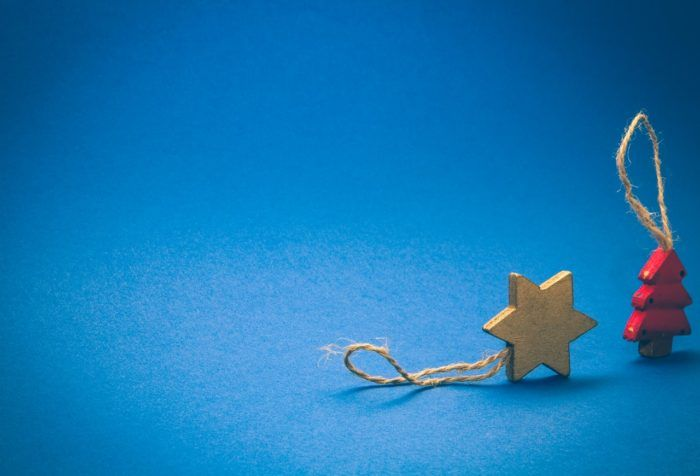 Adornos navideños en forma de estrella y árbol de madera
