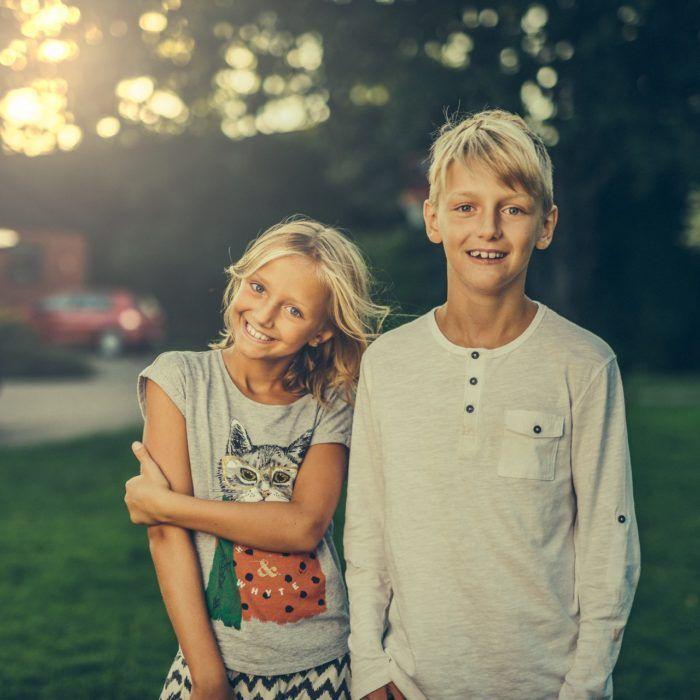Niño y niña sonrientes como muestra de la equidad de género