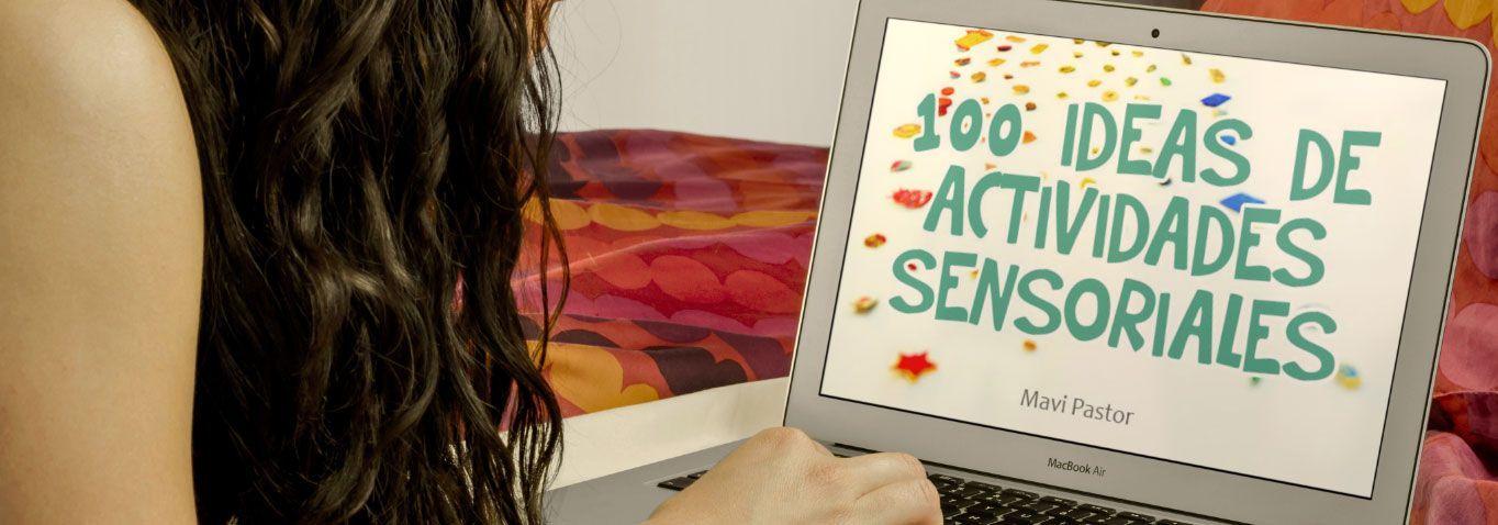 Una mujer visualizando el ebook 100 ideas de actividades sensoriales en un ordenador portatil