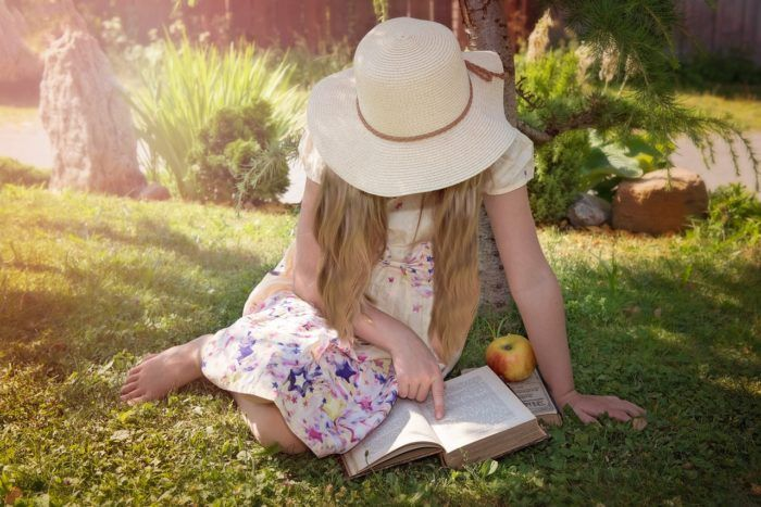 Niña leyendo para fomentar la lectura