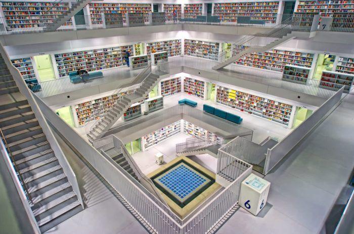 Bibliotecas infantiles llena de estanterías blancas