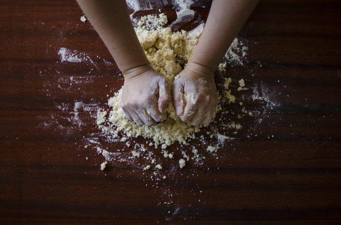 Cocinar con niños haciendo una receta de pizza