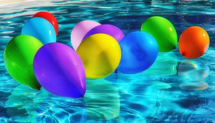 Globos en una piscina para hacer juegos de agua.