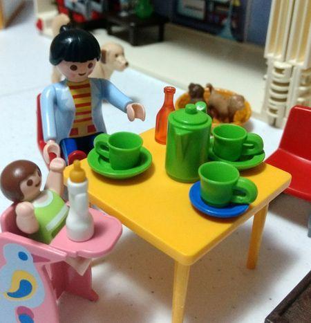 Figuras de juguete cenando en familia.