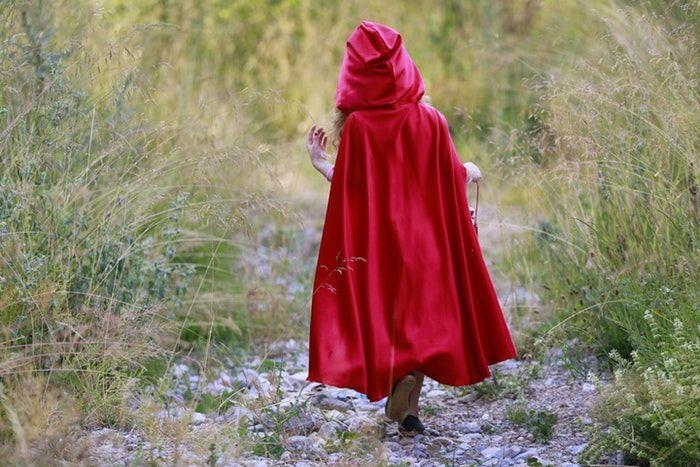 Caperucita Roja de espaldas, uno de los cuentos para niños más popular.