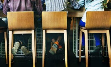 Niños sentados de espaldas para mostrar por qué los niños se aburren en la escuela.
