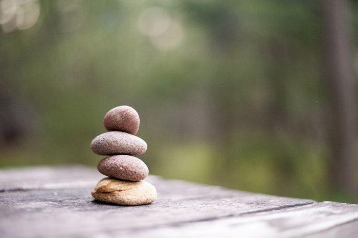 Tres piedras sobre la mesa de la paz.
