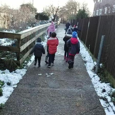 Niños paseando por la nieve en la grannja