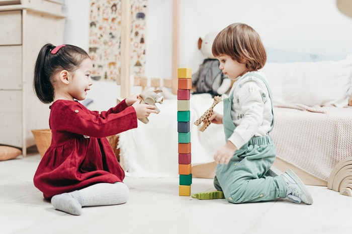 Niños construyendo según el método montessori