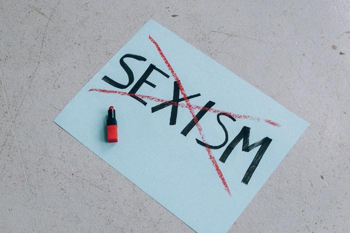Feminismo en el siglo XXI con cartel tachando el sexismo