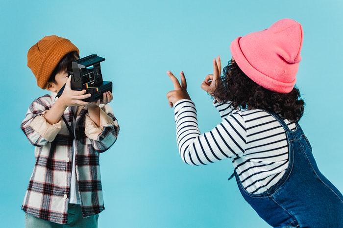 Niños que se fotografían representando el machismo en la moda infantil
