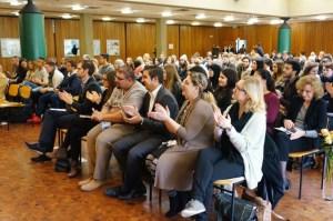 Das Pädagogische Zentrum unserer Schulen war voll besetzt. Der Applaus galt dem unermüdlichen Bemühen von Zoni Weisz, auf das Schicksal der Roma und Sinti im Nationalsozialismus aufmerksam zu machen und auf das Schicksal dieser Volksgruppe im Nachkriegseuropa.