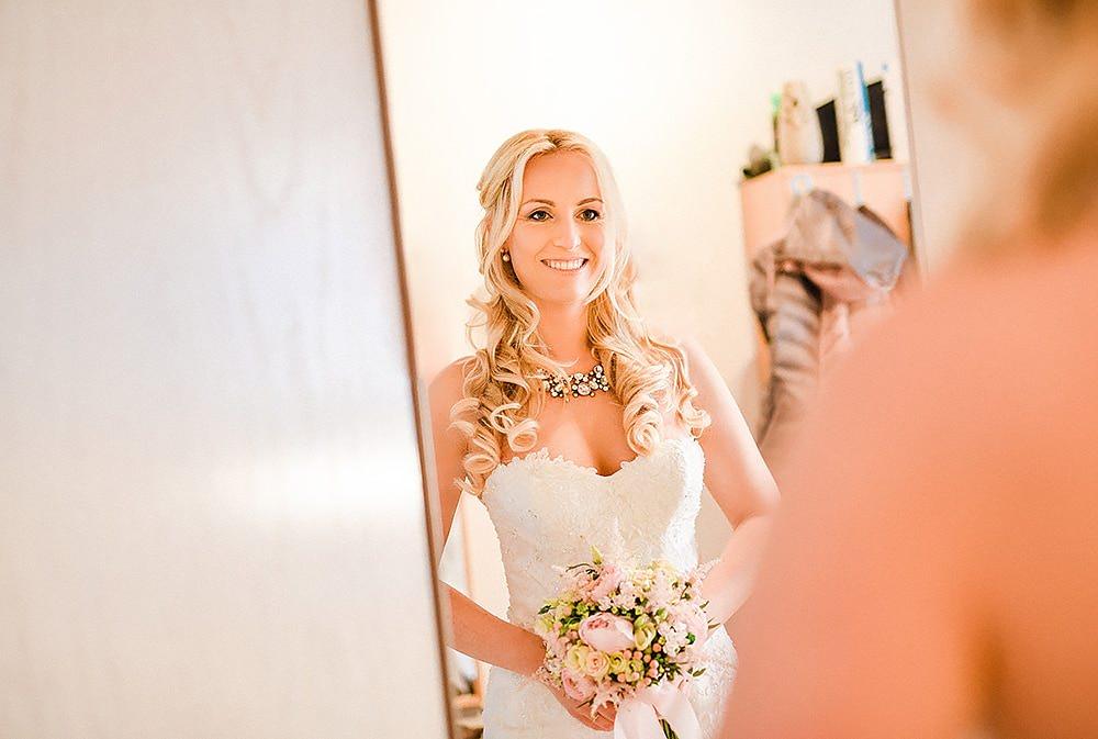 Braut get ready wedding before wedding anziehen brautkleid styling fotograf max hoerath kulmbach bamberg coburg hof bayreuth kronach - Hochzeitsfotograf Max Hörath - Eva & Thorsten