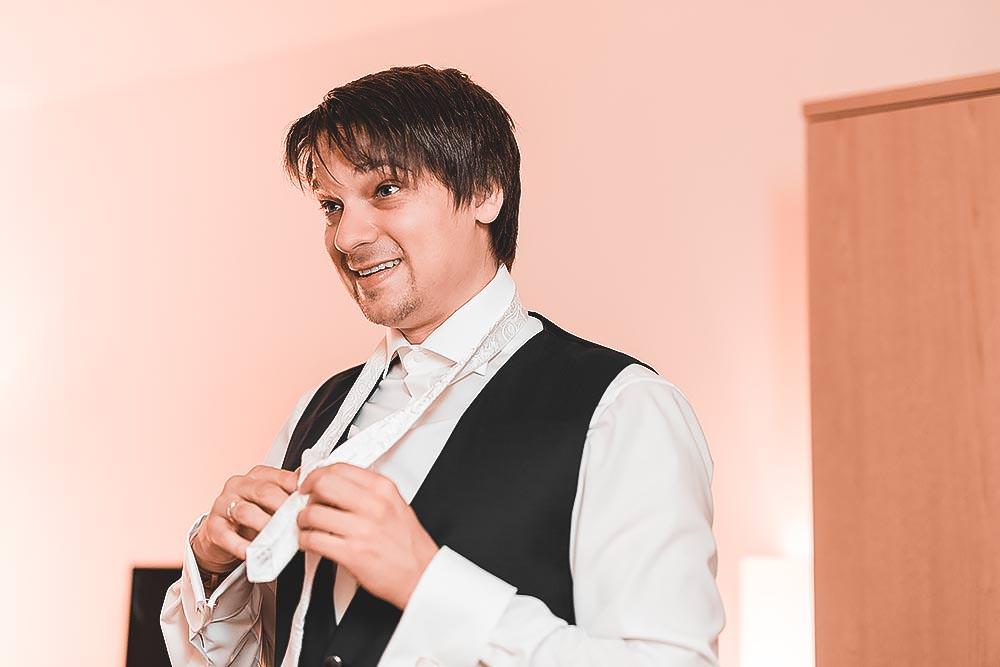 Hochzeitsfotograf Hochzeitsreportage Hochzeit Hotel Stempferhof Behringersm%C3%BChle G%C3%B6%C3%9Fweinstein fotograf max hoerath brautkleid tanz br%C3%A4utigam portrait before wedding - Hochzeit - Sophia & Andi – Gößweinstein