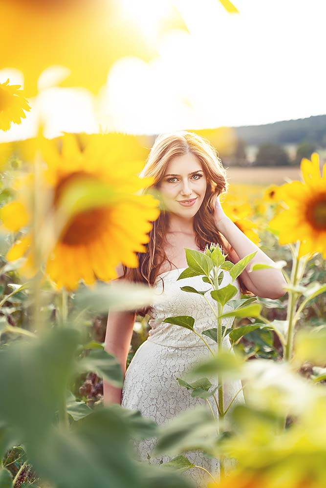 Available Light im Sonneblumenfeld mit Elena
