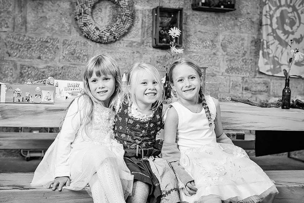 Hochzeit Hochzeitsfeier Hochzeitsfotograf heiraten Tauberrettersheim wuerzburg Schloessle Weikersheim fotograf brautpaar kreative kleinen g%C3%A4ste - Hochzeitsreportage in Tauberrettersheim Würzburg