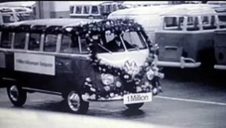 """A milionésima Kombi, um lindo modelo """"Samba Bus"""" – com teto solar e janelas adicionais no teto, foi decorada com flores e cartazes comemorativos."""