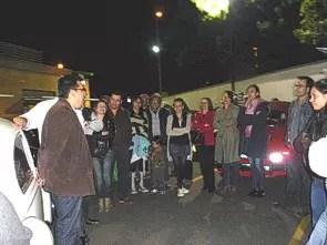 Rodrigo Kurmen Figueroa (e) fala com o pessoal do Volkswagen Club de Colômbia em Bogotá