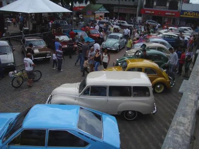 Os carros antigos tomaram conta do entorno da Praça