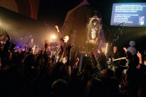 """Décembre 2008: concert du groupe pop catholique """"Glorious"""" dans une église lyonnaise."""