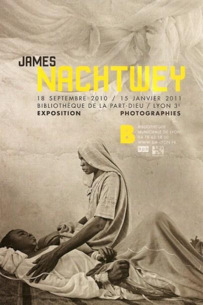 Flyer de l'exposition consacré au travail de James Nachtwey. ©James Nachtwey, Darfur, 2004 / conception beau fixe