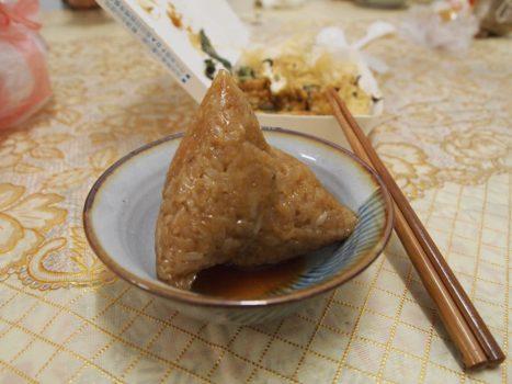 粽子 Zungzi - von Bambusblat ausgepacktes Reisgericht mit Füllung