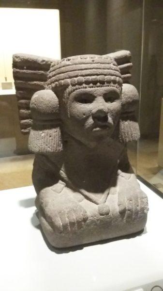 Sculpture qui représente la déesse aztèque de l'eau Chalchiuhtlicue, culture aztèque (1350-1521ap J.C.)
