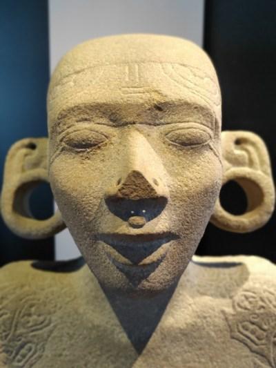 Gros plan du visage de l'adolescent Huastèque, statue découverte sur le site de Tamohi © M.C.