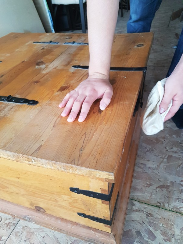 staining-wood-furniture-clean