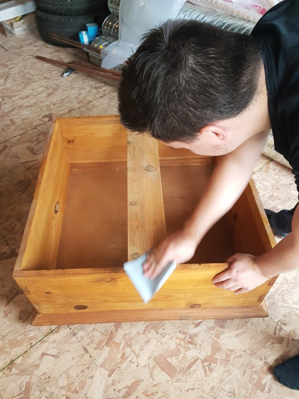 staining-wood-furniture-sand