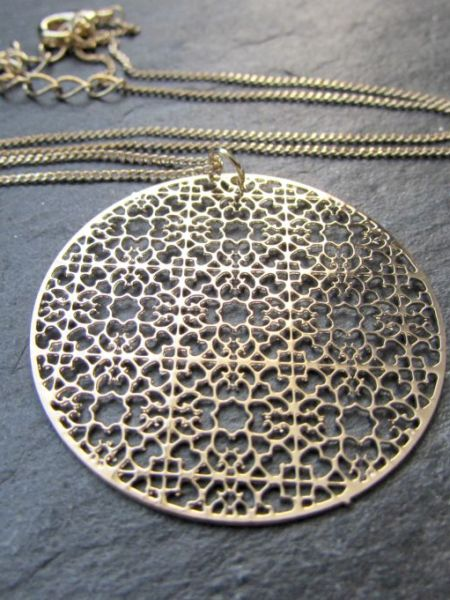 "Collier LEILAI ""MAY MOUCHARABIEH"" - Estampe ronde filigranée, chaîne fine, doré or fin jaune"