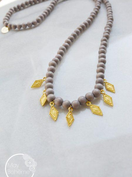 Sautoir LALAH NATURAL - Perles en bois parme médailles indiennes