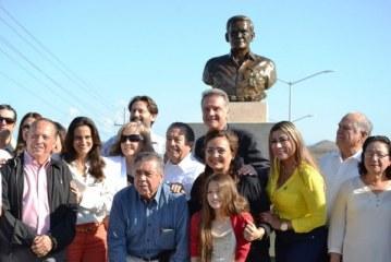 """Develan busto de José Luis """"El Peche"""" Rice"""