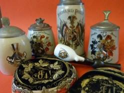 Historische Couleurgegenstände aus unterschiedlichen Jahrzehnten