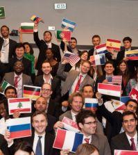 IE Studenten mit Flaggen