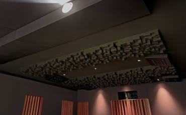 Decke mit RPG Skyline Diffusoren, Absorbern und Layer-2 Lautsprechern von Artcoustic | HAG Fairland Custom Reference