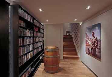 Eingangsbereich mit Filmsammlung   HAG Fairland Custom Reference