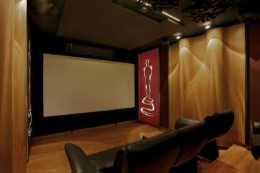 Front view of the Wave Maxx home cinema, we can clearly see the ceiling absorbers as well as the wave-shaped reflectors