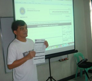 Sir Jojo explains how to fill up the Voters Registration Form.