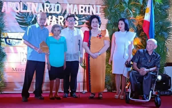 MCCID President and Registrar receives the award from Madam Lourdes Pimentel, mother of former Senate President Koko Pimentel