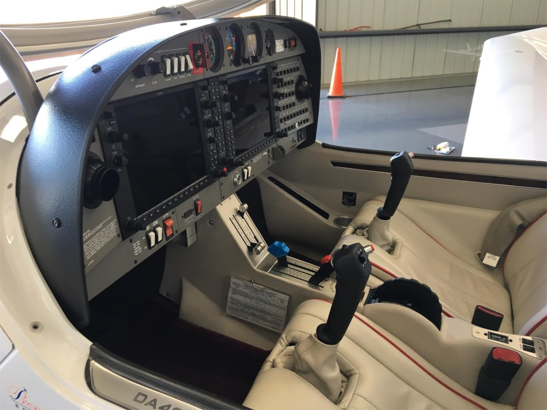 2010 DIAMOND DA40 XLS N355DS Side view of instrument panel
