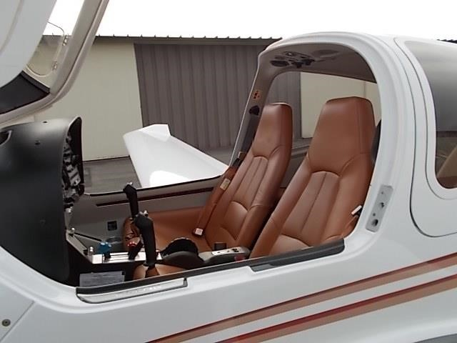 2008 DIAMOND DA40 XLS cabin door open