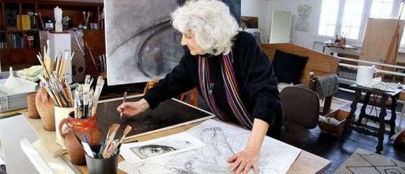 Margarita Pamies trabaja en su estudio de Aguilafuente (Segovia) con un grabado que presentará con motivo del 210º Aniversario de la Independencia de México