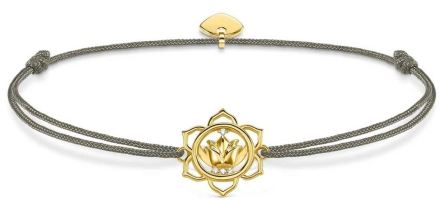Khakifarbenes Armband aus Stoff von Thomas Sabo Little Secrets mit goldenem Anhänger und Zirkonia einer Lotosblüte oder Lotusblüte.