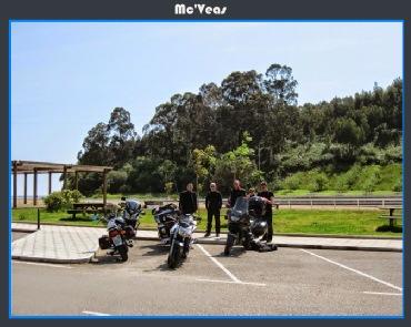 Motos aparcadas en la playa de la Griega